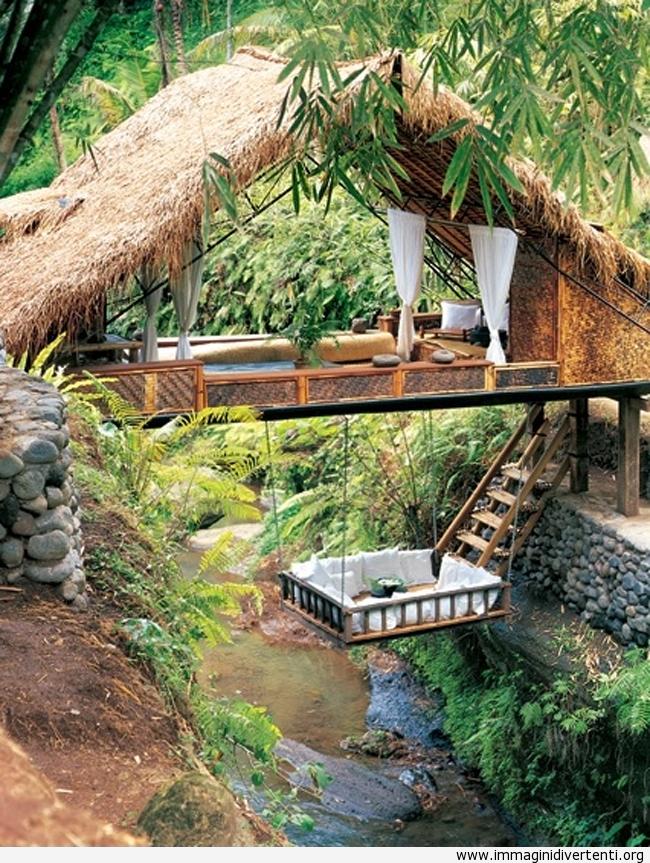 Una casa creativa su sopra un piccolo fiume immaginidivertenti.org
