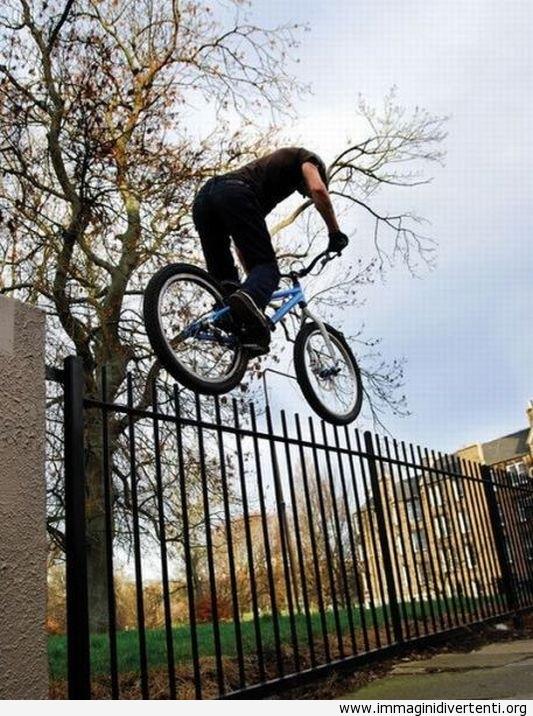 Ma non si gioca così con la bicicletta... troppo pericoloso immaginidivertenti.org
