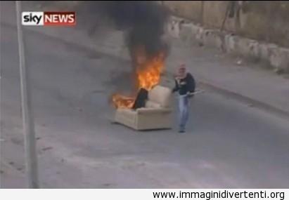 Sei mai stato così arrabbiato, hai dato fuoco al divano e l'hai trascinato per strada, perchè tutto questo... immaginidivertenti.org
