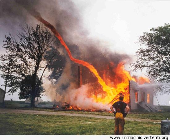 Tornado di fuoco, perché tornadi semplicemente da soli non sono abbastanza spaventosi immaginidivertenti.org
