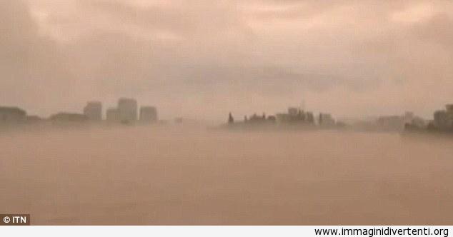 Fenomeno raro: miraggio spettrale di una intera città appare sopra un fiume di Cina immaginidivertenti.org