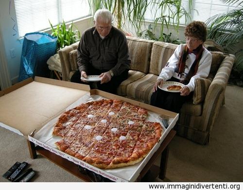Penso che abbiamo comprato una pizza troppo grande immaginidivertenti.org