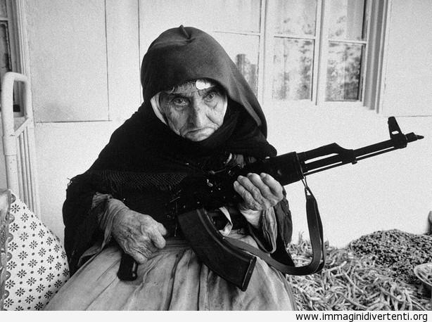 La vecchia signora di 106 anni con un fucile in mano immaginidivertenti.org