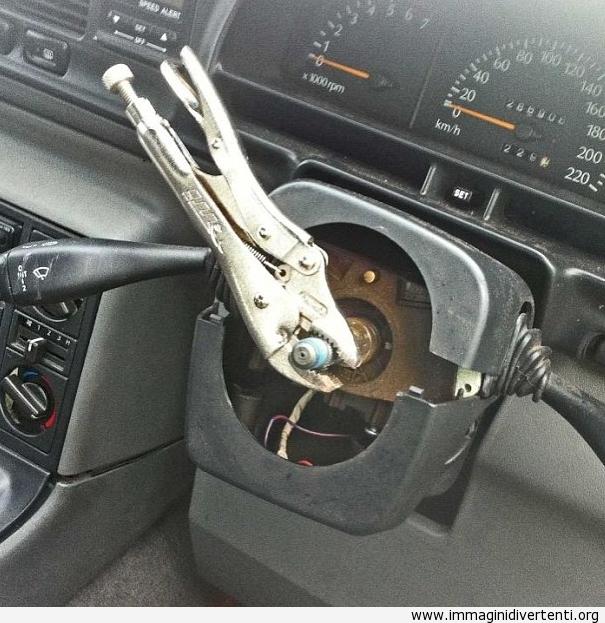 L'uomo arrestato in Australia per la guida senza volante... Ma un paio di pinze... immaginidivertenti.org